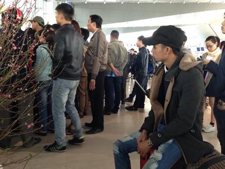 Hàng trăm hành khách đi TP.HCM bức xúc vì hoãn bay hơn 24 giờ - ảnh 1