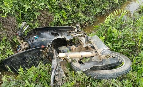Đâm một người tử vong, xe hơi lật ngửa trên ruộng - ảnh 2