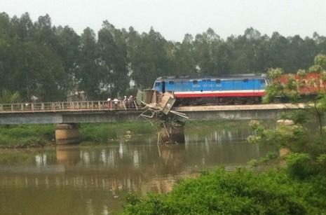 Xe tải bị tàu hỏa đâm mắc kẹt giữa cầu Lồi - ảnh 1