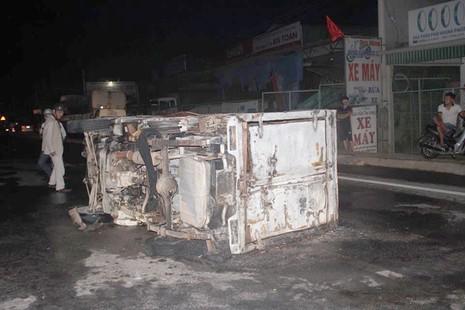 Tai nạn liên hoàn, xe tải cháy trơ khung, xe con hư hỏng nặng - ảnh 1