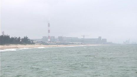 Dân lại kêu có dòng nước 'lạ' ở biển Vũng Áng gần Formosa - ảnh 1