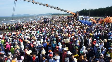 Kéo đưa xác cá voi khoảng 10 tấn lên bờ để tổ chức lễ an táng - ảnh 3