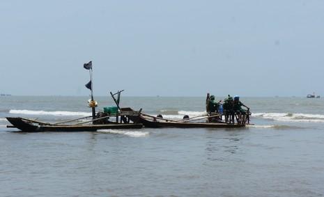 Người dân rưng rưng chờ đưa xác cá voi lên bờ - ảnh 3