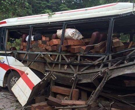 Chùm ảnh: Kinh hoàng vụ nổ xe khách ở Lào, 8 người Việt tử vong - ảnh 3