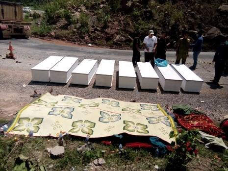 Chùm ảnh: Kinh hoàng vụ nổ xe khách ở Lào, 8 người Việt tử vong - ảnh 8
