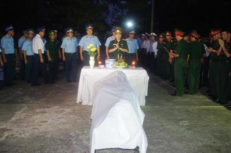 Nghẹn ngào đưa Thượng tá phi công Trần Quang Khải lên đất liền - ảnh 2