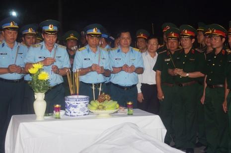 Nghẹn ngào đưa Thượng tá phi công Trần Quang Khải lên đất liền - ảnh 3