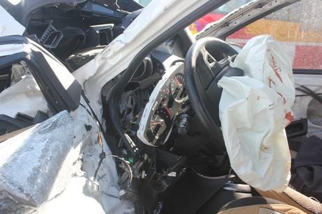 Phá cửa xe hơi đâm vào lan can cầu để cứu tài xế - ảnh 2