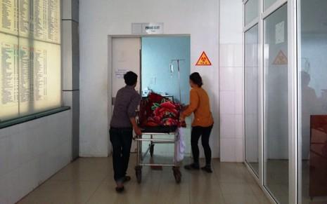 Yêu cầu kiểm điểm cá nhân và bệnh viện mổ tay trái rút đinh... tay phải - ảnh 1