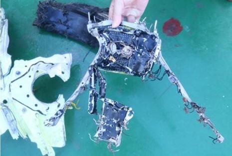 Một vi mạch điện tử của Su-30MK2 vừa được vớt lên.