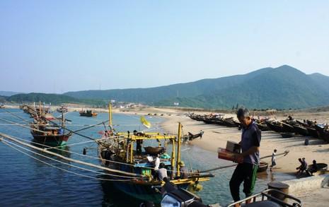 Ngư dân tỉnh Hà Tĩnh chuẩn bị đồ để ra khơi xa,, bám biển. Ảnh: Đ.Lam