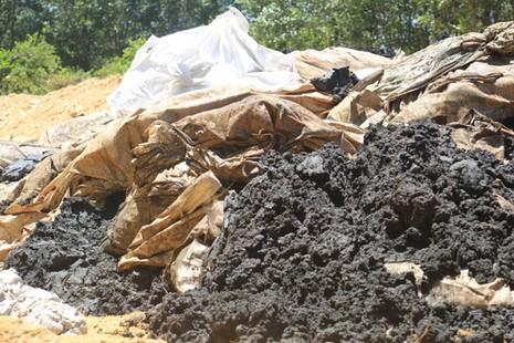 Chất thải được xe tải chở từ Dự án Formosa