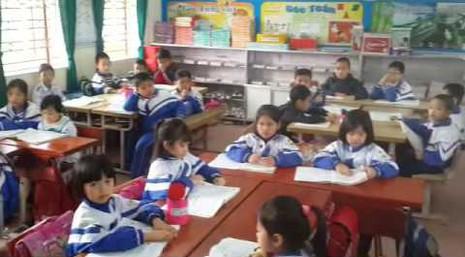 Hàng trăm phụ huynh mang băng rôn đến trường phản đối học VNEN - ảnh 1