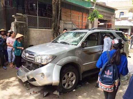Chiếc xe hơi bị xịt lốp, đập vỡ kính, hỏng phần nhựa phía trước, móp vỏ xe.