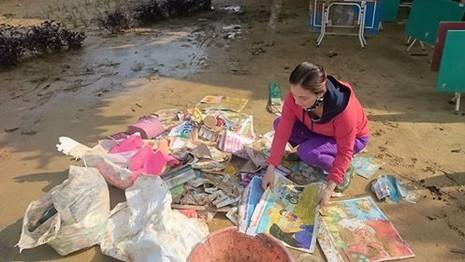 Giáo viên bật khóc nhặt sách vở trong bùn khi lũ rút - ảnh 1
