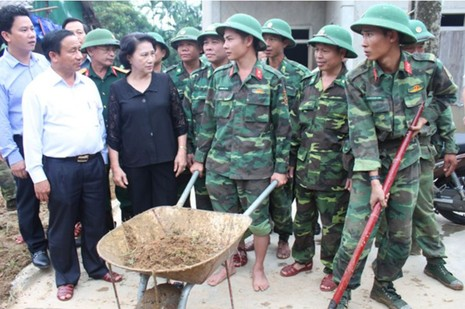 Chủ tịch Quốc hội thăm hỏi, trao quà người dân vùng lũ - ảnh 2