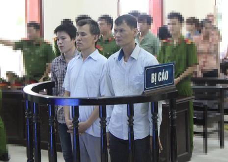 a bị cáo Hùng, Tám và Toản đứng trước vành móng ngựa tại phiên tòa sơ thẩm.
