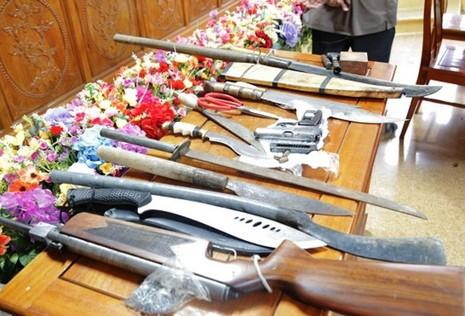 34 người mang 2 khẩu súng đi đánh bạc bị bắt - ảnh 1