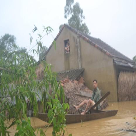 Người dân phải sống ở chạn trên nóc nhà và đi lại bằng thuyền.