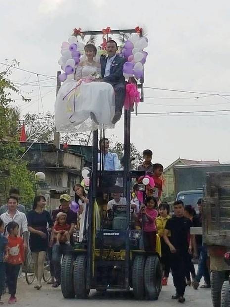 Chú rể mạo hiểm rước dâu bằng xe nâng hàng - ảnh 2