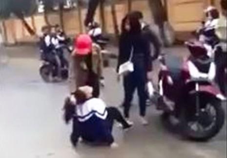 Nữ sinh lớp 10 bị đánh, nhục mạ ngay trước cổng trường - ảnh 2