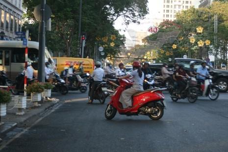 Ùn tắc giao thông vì 2 tuyến đường bị phong tỏa ở TP.HCM - ảnh 2