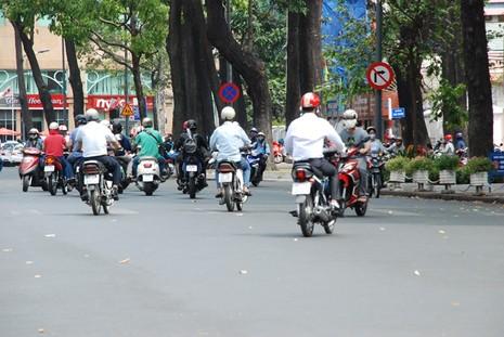 Ùn tắc giao thông vì 2 tuyến đường bị phong tỏa ở TP.HCM - ảnh 4