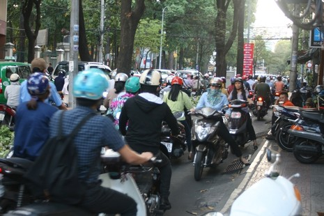 Ùn tắc giao thông vì 2 tuyến đường bị phong tỏa ở TP.HCM - ảnh 5