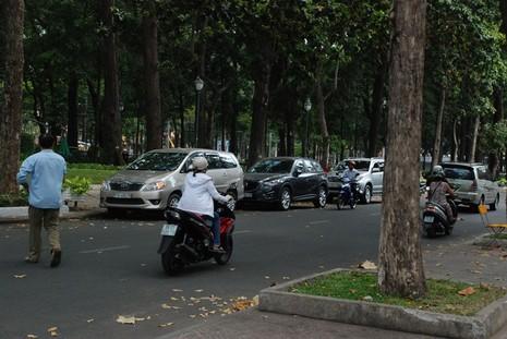 Ùn tắc giao thông vì 2 tuyến đường bị phong tỏa ở TP.HCM - ảnh 7