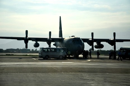 Siêu máy bay vận tải C-130H đỗ ở sân bay Đà Nẵng