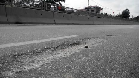 Đoạn đường QL1A qua địa bàn xã Quỳnh Giang hư hỏng nặng.