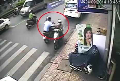 Cảnh sát hình sự 'bật mí' cách phòng tránh bị cướp giật - ảnh 1