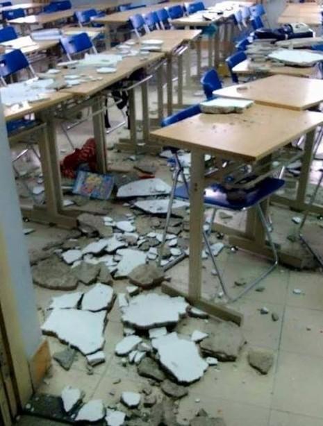 Trần nhà Trường Đại học Hà Nội đổ sập, 1 nữ sinh bất tỉnh - ảnh 1
