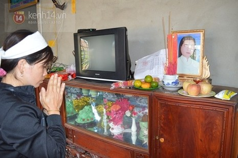 Nữ hộ sinh mặc áo cưới, đầu quấn khăng tang chết trong phòng riêng - ảnh 3
