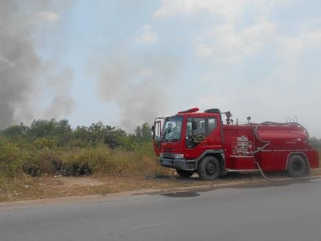 Lại cháy lớn ở bãi cỏ Quận 2 - ảnh 3