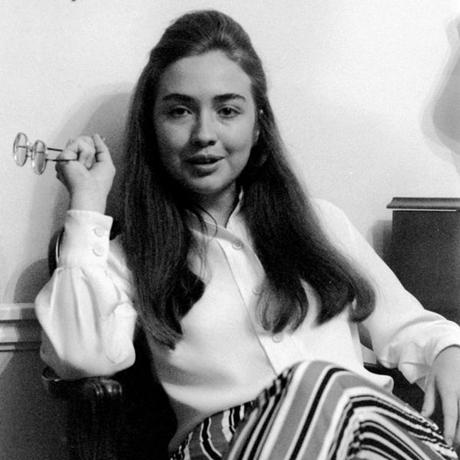 Bà Hillary Clinton không thích đeo hoa tai. (Ảnh:
