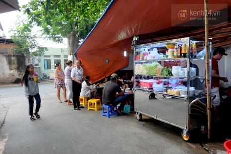 Quán bún bò gân 'bá đạo' nhất Sài Gòn thay bảng nội quy bằng... thơ - ảnh 4
