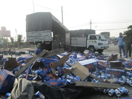 Kẹt xe nghiêm trọng từ Suối Tiên đến Bình Dương vì bia bị đổ vỡ đầy đường  - ảnh 2