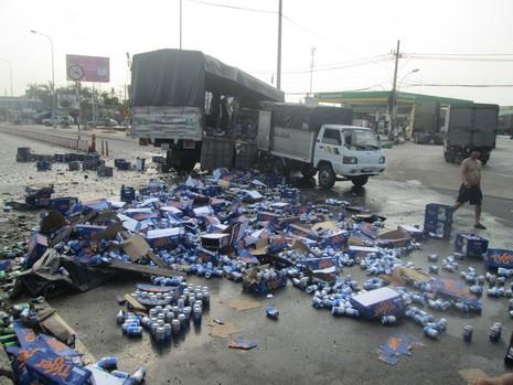 Kẹt xe nghiêm trọng từ Suối Tiên đến Bình Dương vì bia bị đổ vỡ đầy đường  - ảnh 3