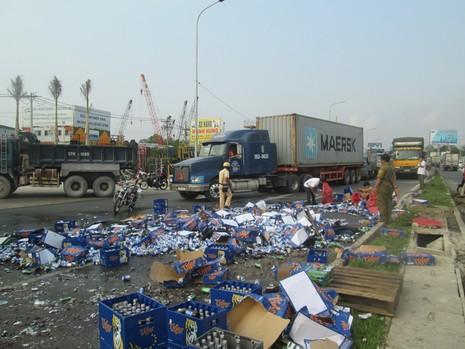 Kẹt xe nghiêm trọng từ Suối Tiên đến Bình Dương vì bia bị đổ vỡ đầy đường  - ảnh 4