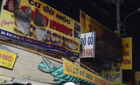 Lửa đột nhiên bùng cháy bao phủ nhà dân ven Sài Gòn - ảnh 1