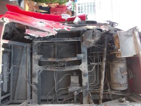 Hành khách hoảng loạn vì xe khách tông dải phân cách bị lật ngửa - ảnh 1