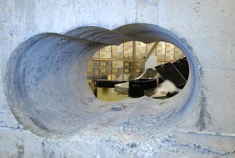 Bọn trộm cẩn thận khoan vào bức tường bê-tông dày 50 cm để xâm nhập vào bên trong. Ảnh: Daily Mail