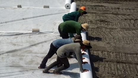 Ớn lạnh công nhân làm thuê đối mặt với bãi xỉ độc hại  - ảnh 3