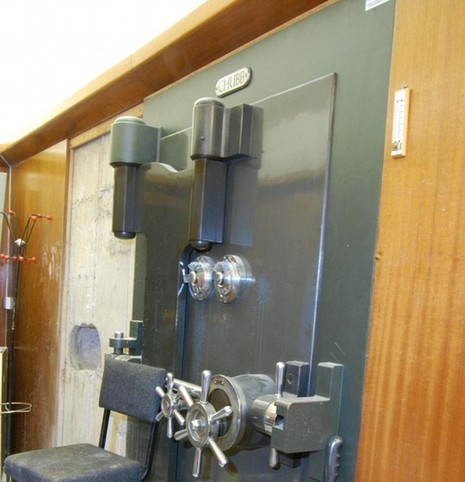 Cảnh sát cho biết bọn trộm rất có kinh nghiệm vì mở két mà không làm hư hại bên ngoài. Ảnh: Daily Mail