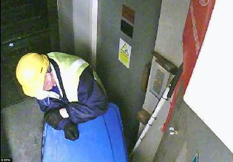 Một nghi phạm bị camera giám sát ghi lại hình ảnh. Ảnh: EPA