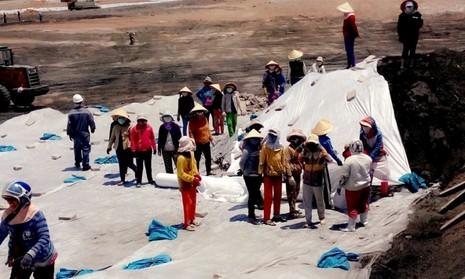 Ớn lạnh công nhân làm thuê đối mặt với bãi xỉ độc hại  - ảnh 1