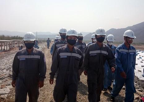 Ớn lạnh công nhân làm thuê đối mặt với bãi xỉ độc hại  - ảnh 2