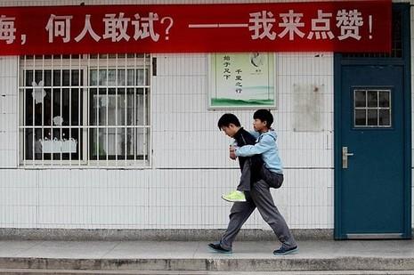 Xie Xu miệt mài chăm sóc, cõng bạn là Zhang Chi đến lớp