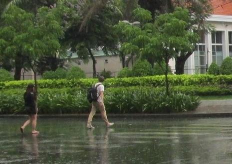 TP.HCM: Cơn mưa chiều có sấm sét dữ dội khiến nhiều người hoảng hốt - ảnh 2